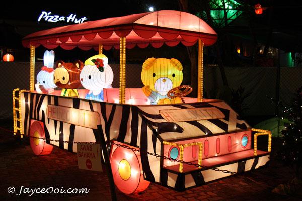 http://www.jayceooi.com/wp-content/uploads/2007/12/lantern_festival_2.jpg